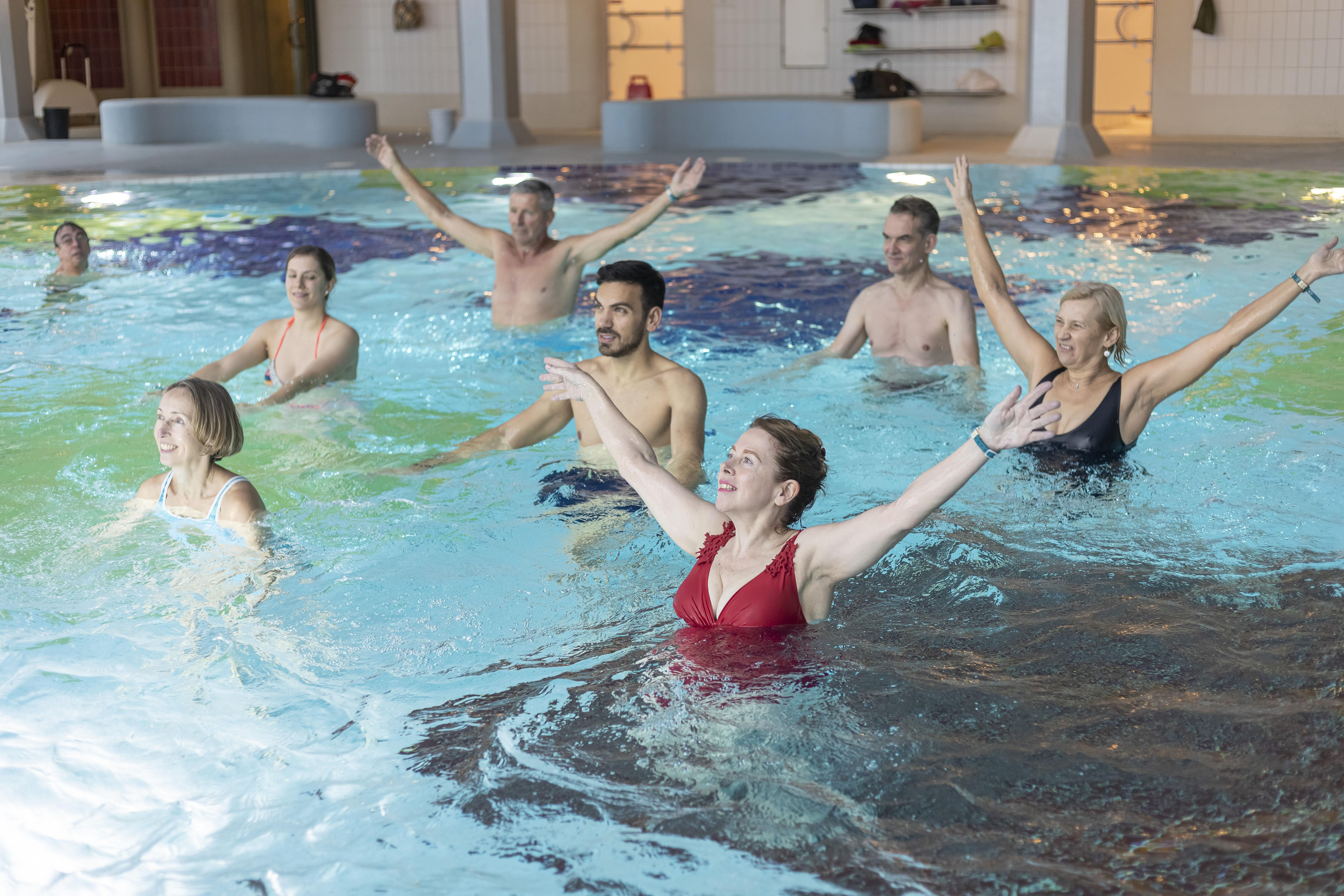 Personen bei der Wassergymnastik